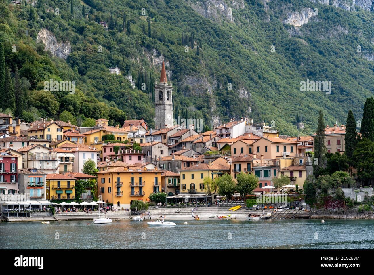 Italia. Lombardía. Lago como. El colorido pueblo de Varenna Foto de stock