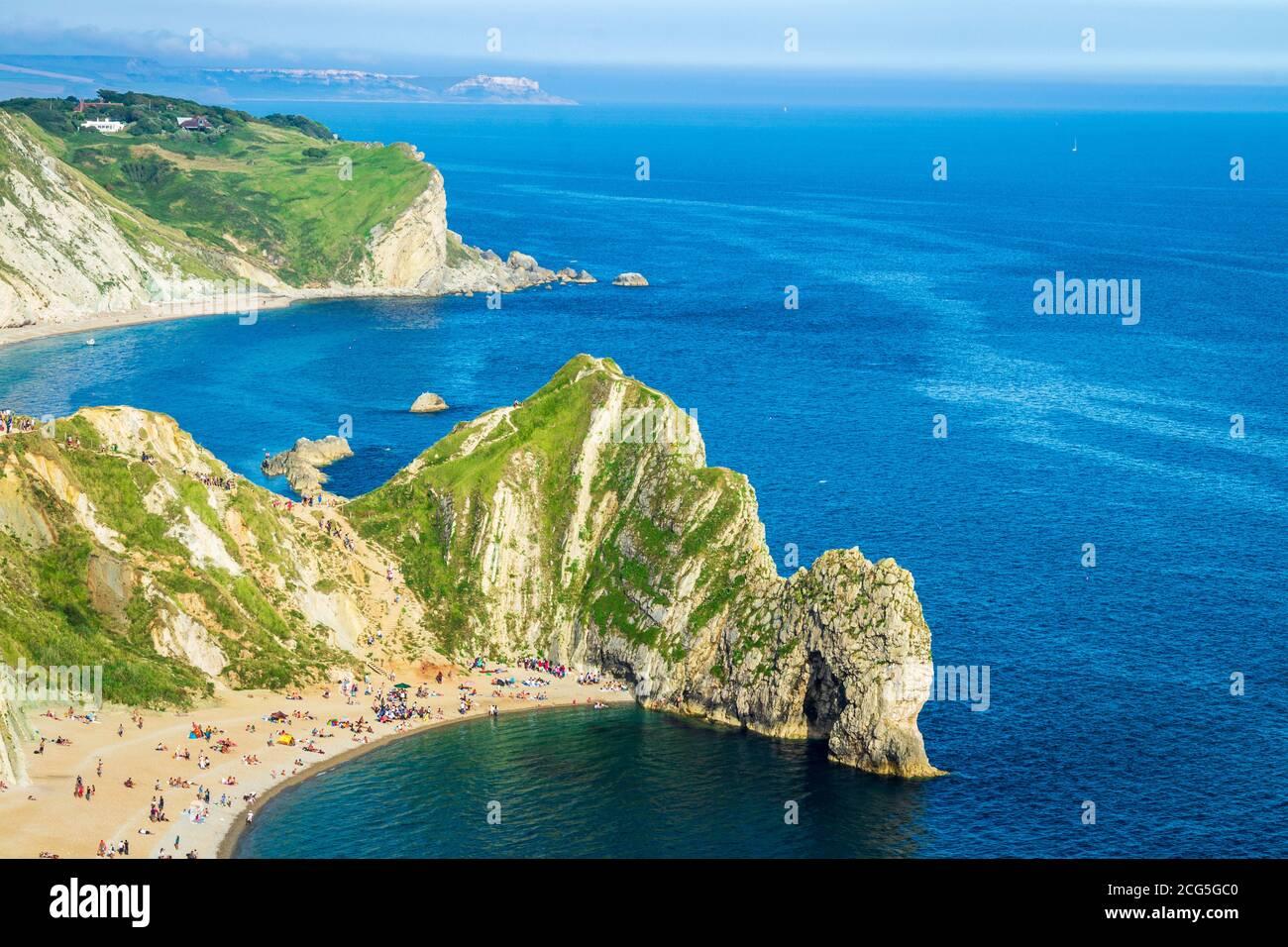 Vista de verano sobre la costa Jurrasic de Dorset y Durdle Puerta en el suroeste de Inglaterra desde Swyre Head Foto de stock