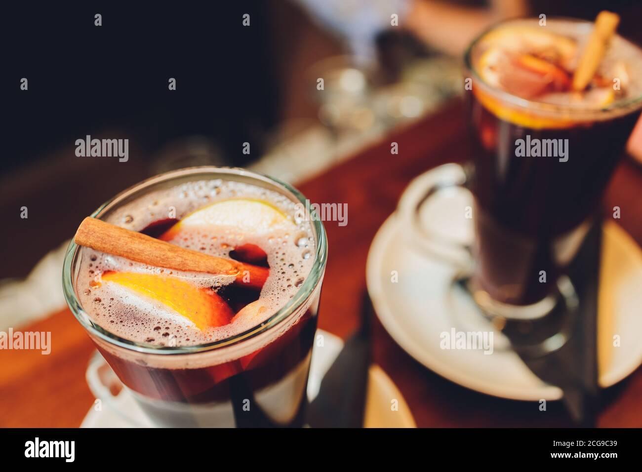 primer plano de vino caliente, centrado en la estrella de anís, mofdo poco profundo. Foto de stock