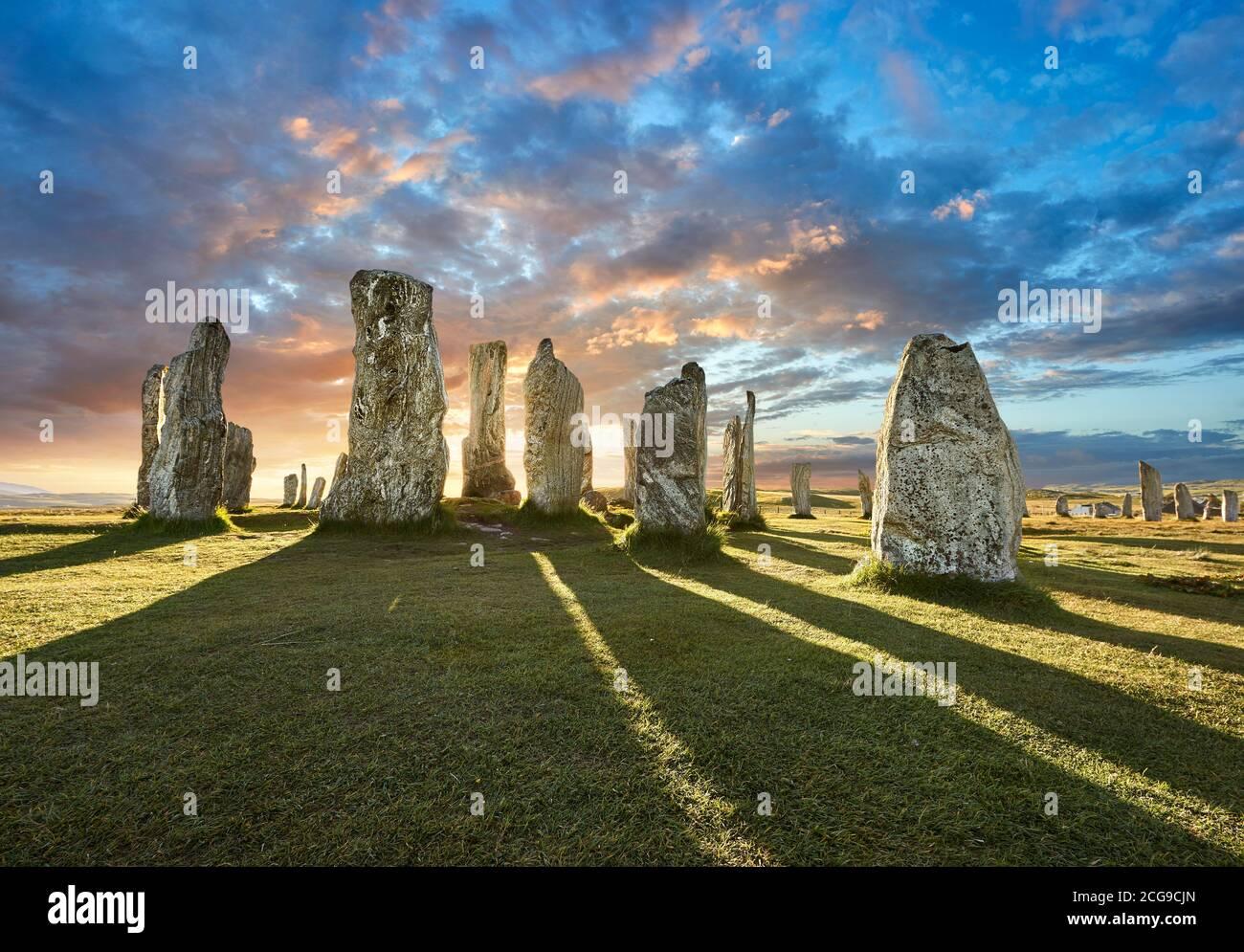 Calanais Stones de pie círculo central de piedra, al atardecer, erigido entre 2900-2600BC de 11 metros de ancho. En el centro del anillo hay un hu Foto de stock