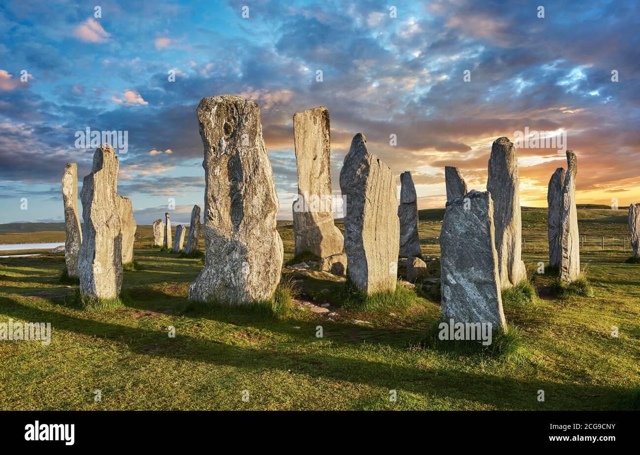 Standing Stones Calanais círculo central de piedra, al atardecer, erigida entre 2900-2600BC mide 11 metros de ancho. En el centro del anillo se encuentra un abrazo Foto de stock