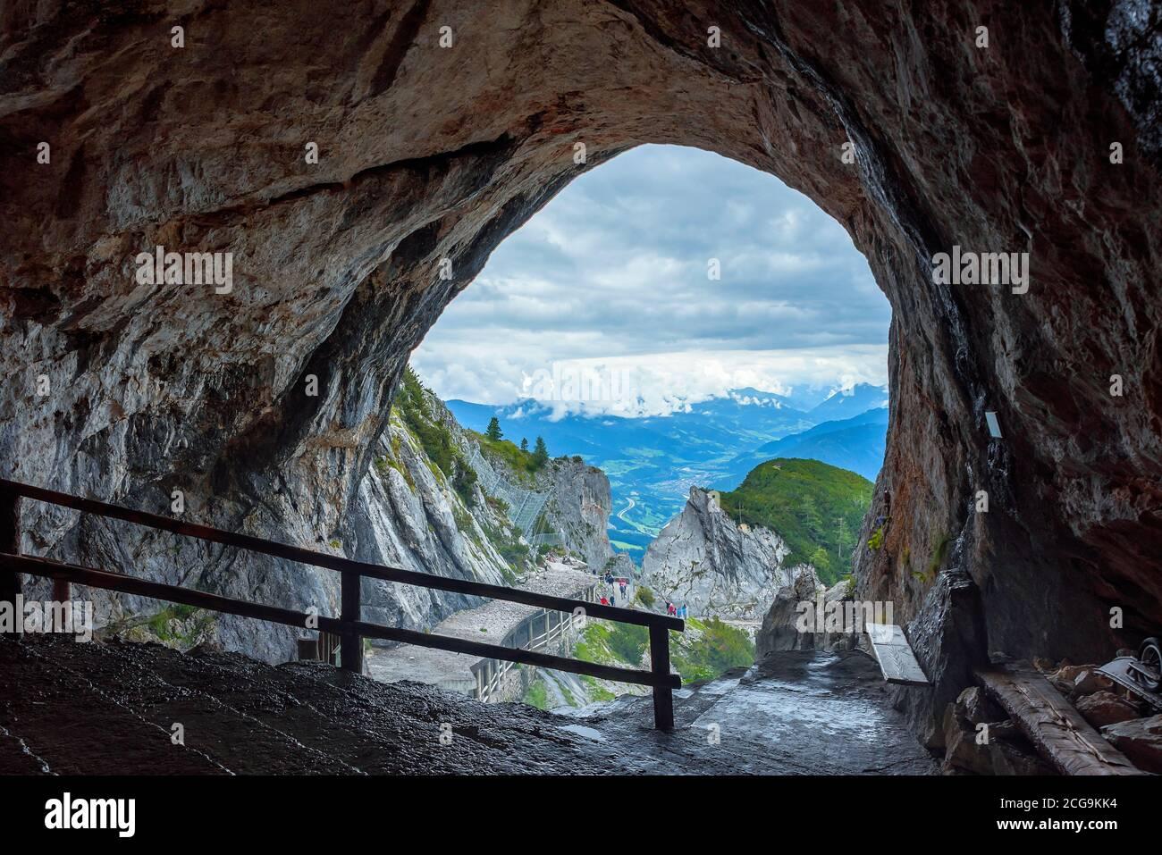 Entrada a la mayor cueva de hielo del mundo. Este lugar está en la Alta Austria, al lado de la ciudad de Werfen. Patrimonio mundial de la UNESCO. Unas vistas increíbles en el centro Foto de stock
