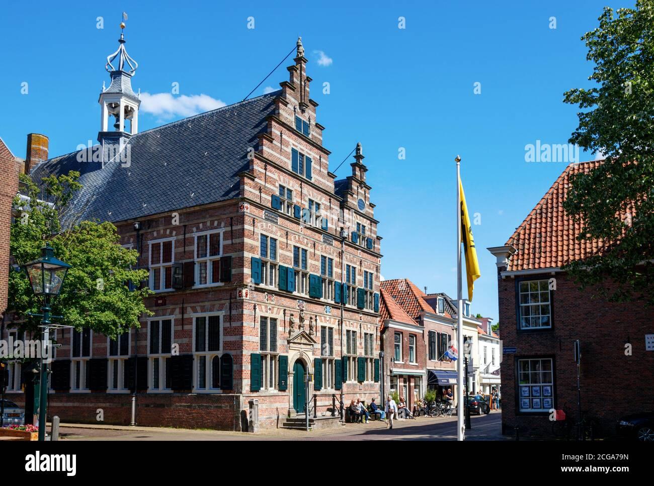 Marktstraat, centro histórico de Naarden. Ayuntamiento medieval y turistas de turismo en la Marktstraat en un día soleado. Países Bajos. Foto de stock