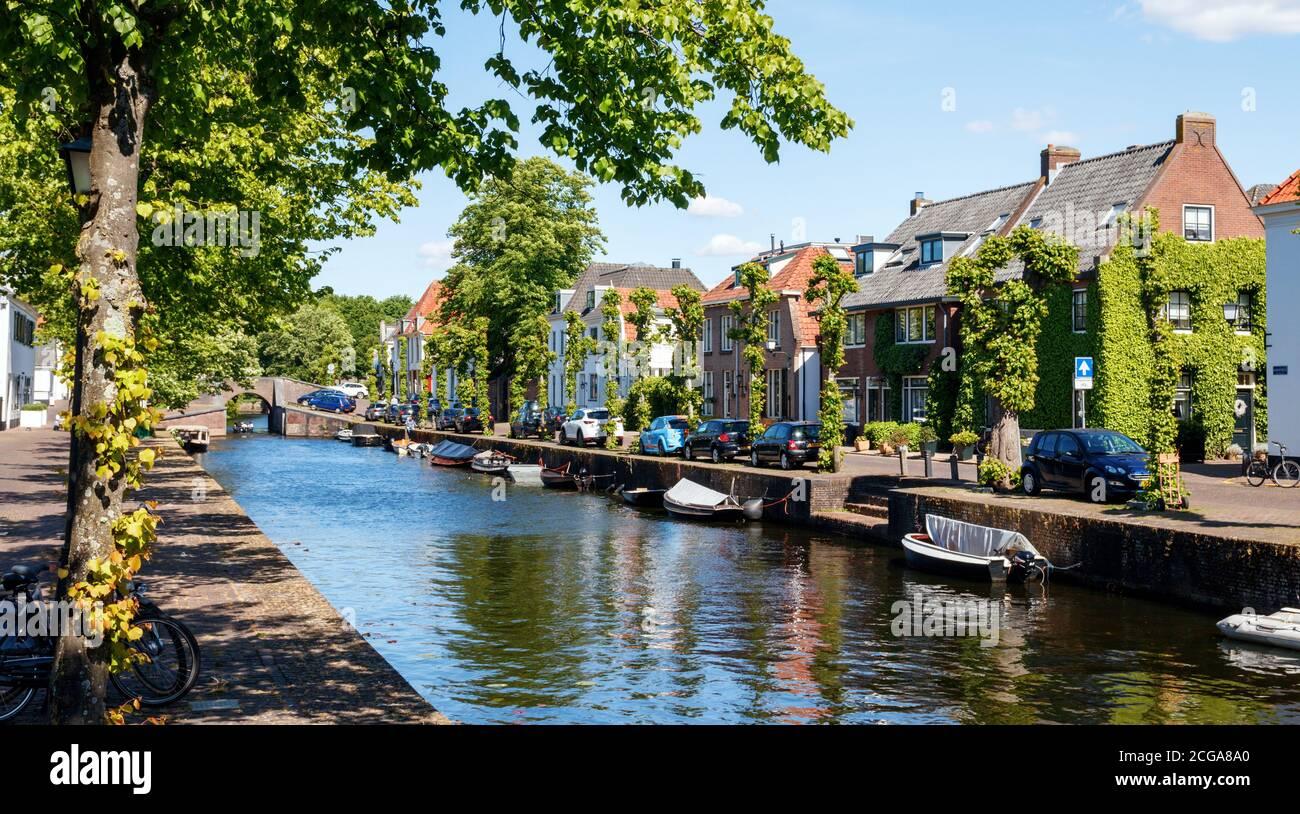 Vista del centro histórico de la ciudad de Naarden. Canal en el Nieuwe Haven, parte de las antiguas fortificaciones. Holanda del Norte, países Bajos. Foto de stock