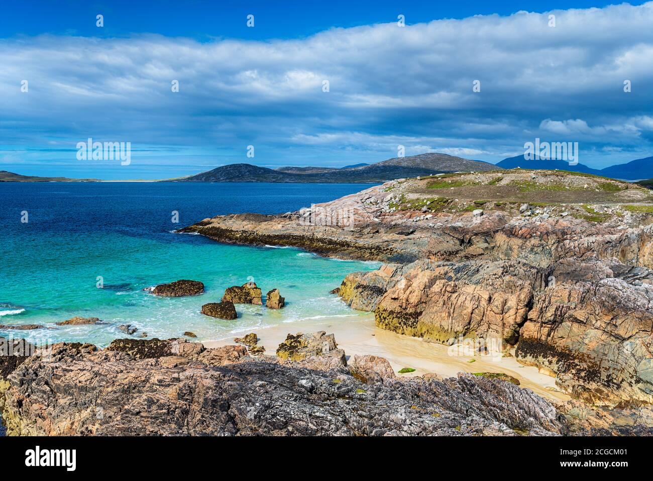 Costa escarpada y calas secretas de arena en Traigh Seilebost on La Isla de Harris en las islas occidentales de Escocia Foto de stock