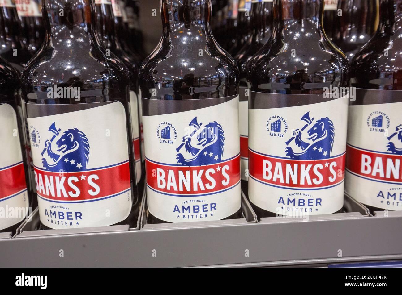 Botellas de cerveza de Bank en un supermercado Aldi Foto de stock