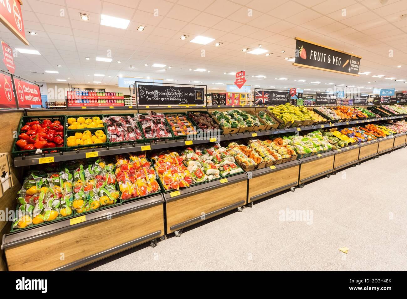 Supermercado Aldi pasillo de frutas y verduras Foto de stock