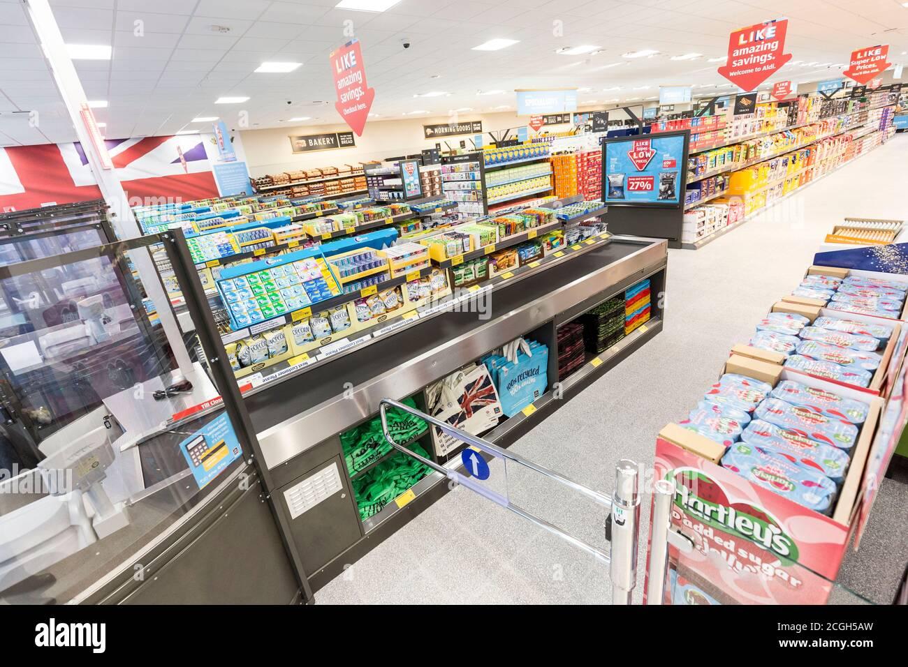 Interior del supermercado Aldi Foto de stock
