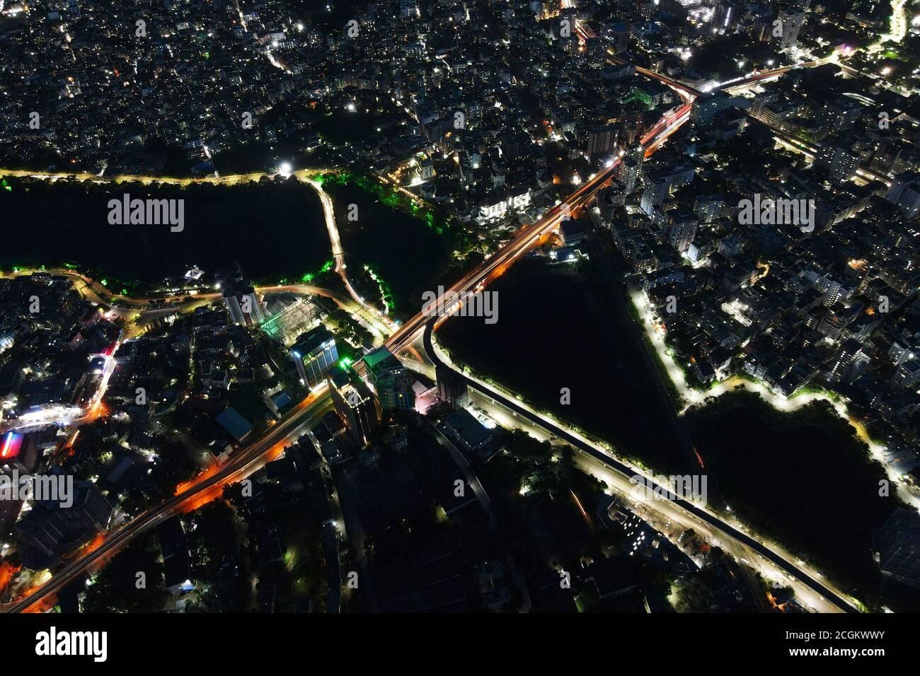 Dhaka, Bangladesh. 11 de septiembre de 2020. Vista aérea desde Drone: Ciudad nocturna volando sobre la carretera y luces nocturnas, en Dhaka, Bangladesh, 11 de septiembre de 2020. Con una densidad de 47,400 personas por kilómetro cuadrado, Dhaka siguió siendo la ciudad más densamente poblada del planeta. La población de Dhaka está aumentando cada día a medida que la gente se mueve hacia ella desde diferentes zonas del país para hacer uso de las instalaciones. La población de Dhaka en 2020 se estima ahora en 21,005,860 habitantes. En 1950, la población de Dhaka era de 335,760 habitantes. Dhaka ha crecido en 3,408,684 desde 2015, lo que representa un cambio anual del 3.60%. Estos populatio Foto de stock