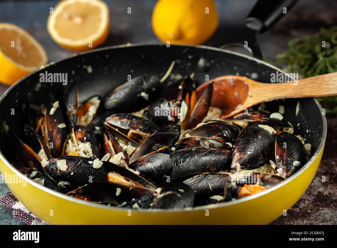 Moules Marinieres - mejillones cocinados con salsa de vino blanco. Foto de stock