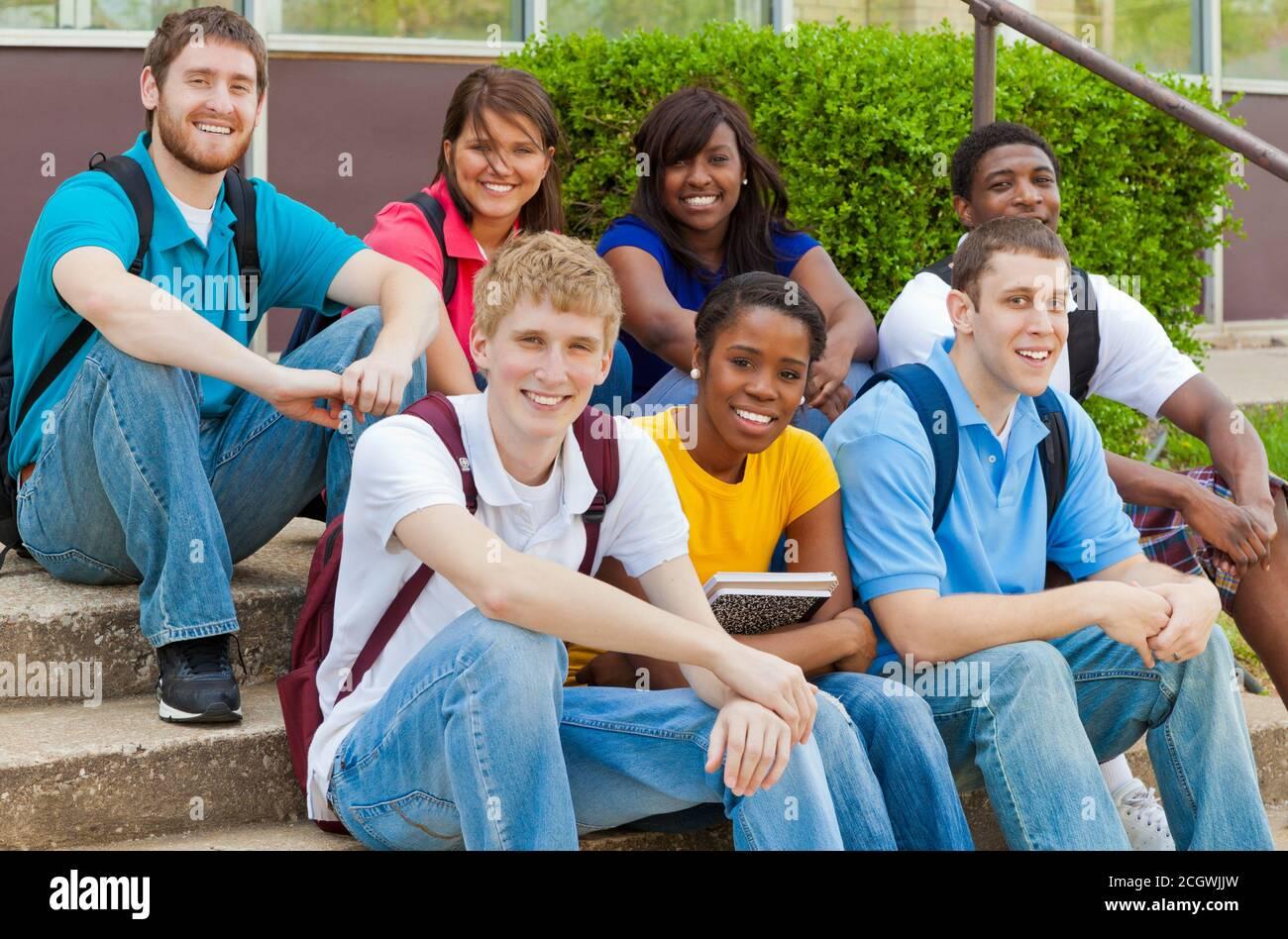 Un grupo de personas sentadas posando para la cámara Foto de stock