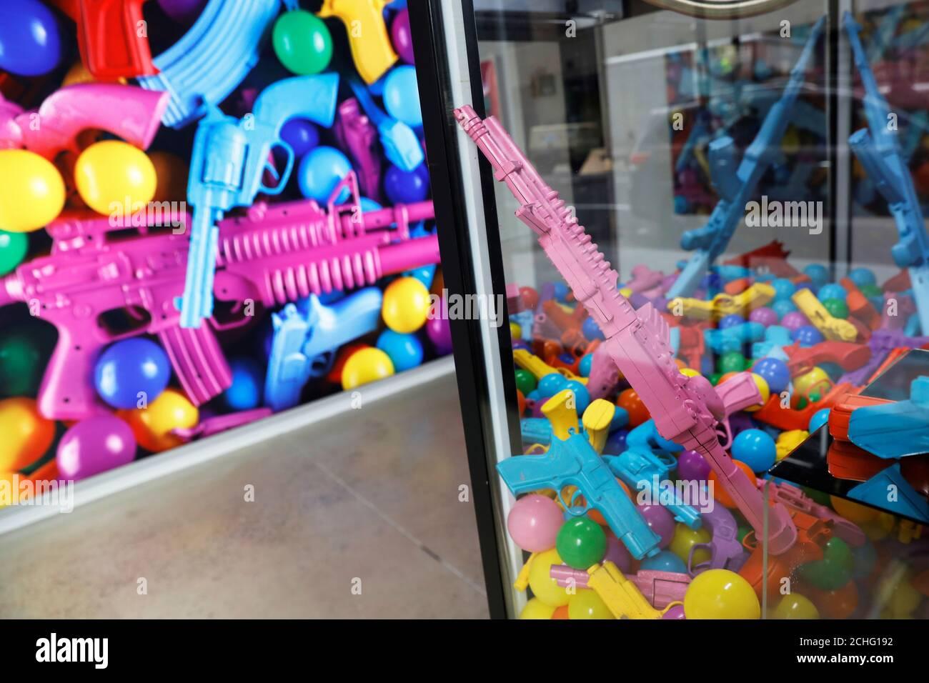 Una máquina de garra de pistola de juguete es visto como parte de una instalación de arte por el artista WhIsBe titulado 'vuelta a la escuela de compras' para ilustrar los peligros de la violencia de armas en las escuelas, en una galería en la ciudad de Nueva York, EE.UU., 17 de junio de 2019. REUTERS/Shannon Stapleton Foto de stock