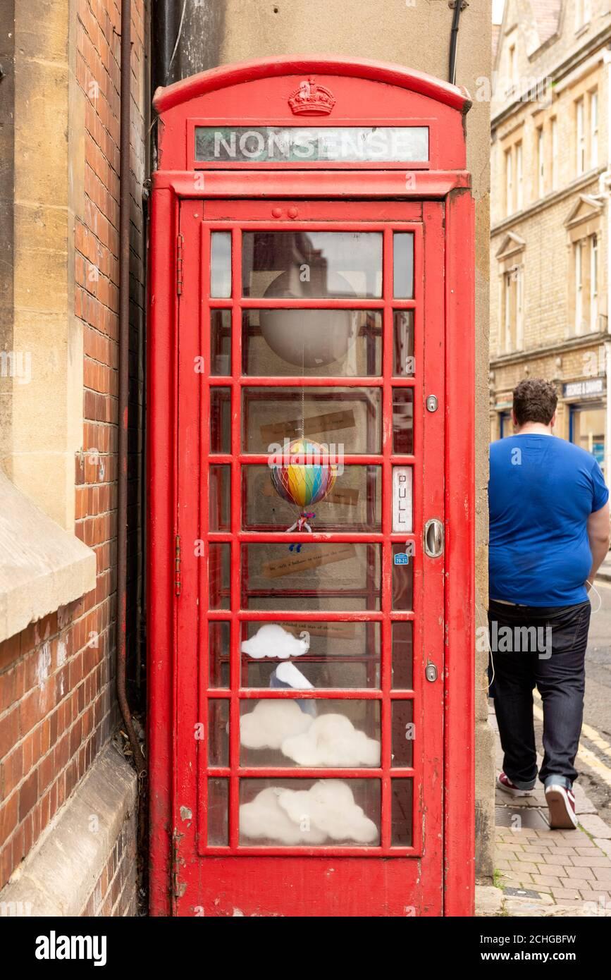 Antiguo K6 Grado II enumerados caja de teléfono rojo convertido en Instalación de arte fuera del Museo de Historia en Pembroke Street Oxford Oxfordshire Reino Unido Foto de stock