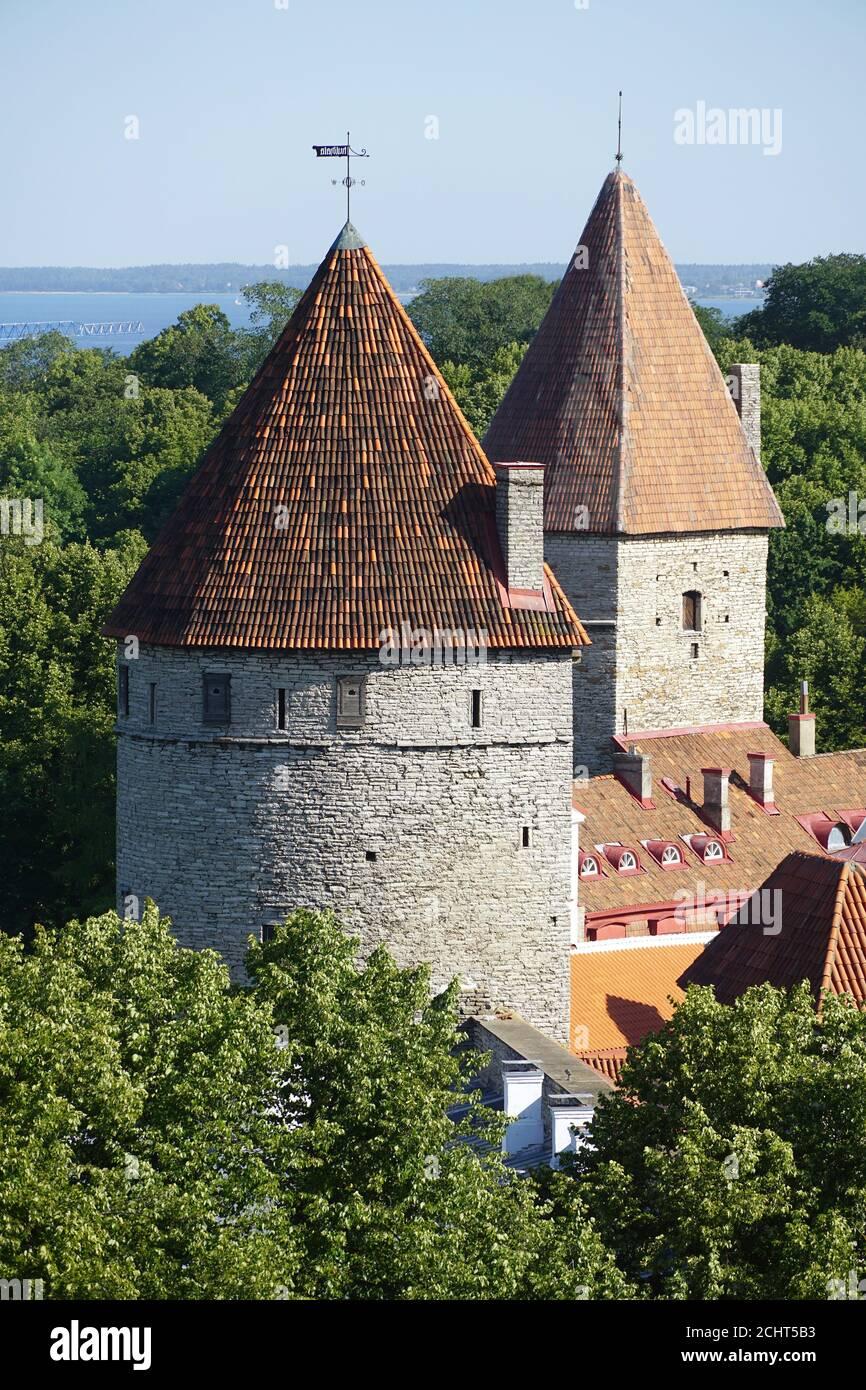 Muralla de la ciudad con bastiones, Ciudad Vieja, Tallin, Estonia, Europa Foto de stock