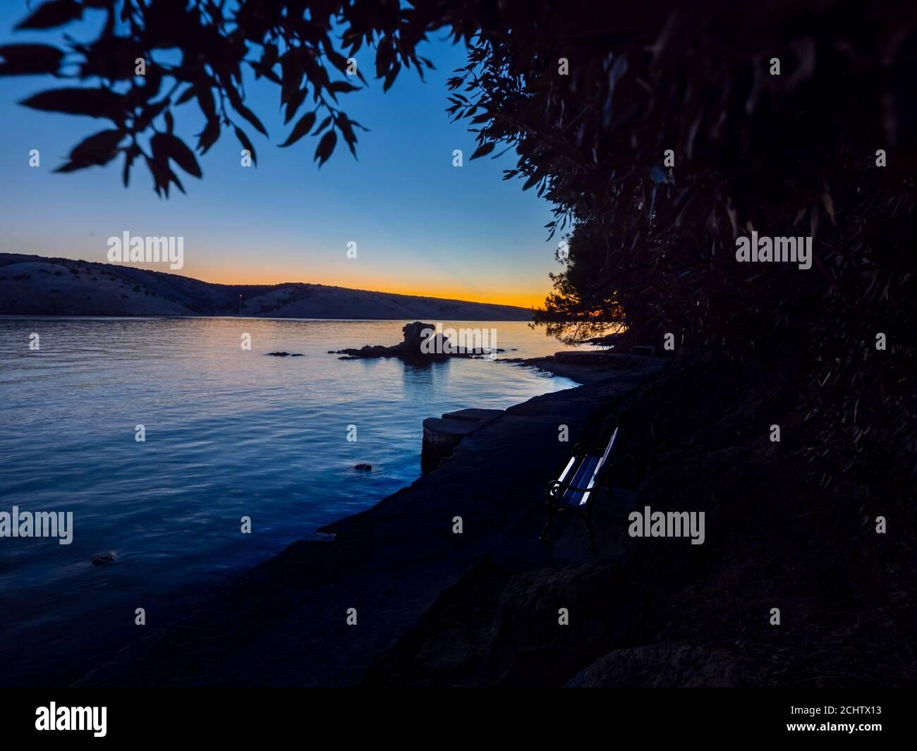 Famosa roca piedra punto de referencia y paseo en Lopar en Rab isla Croacia Europa pintoresca tranquilidad tranquila panorámica atmósfera zen atardecer por la noche Foto de stock