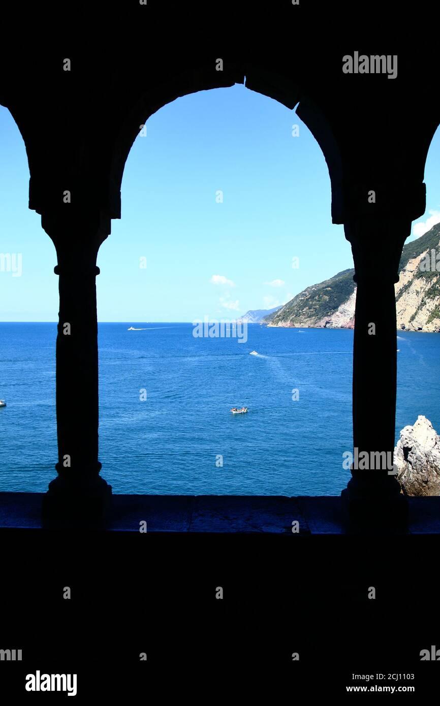 Portovenere acantilado de la iglesia de San pedro bellavista pilares Foto de stock