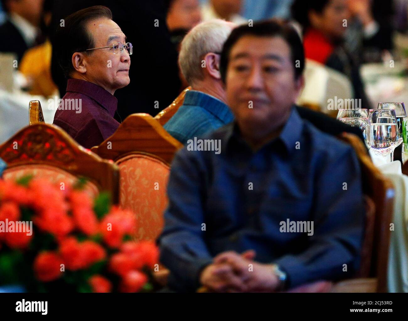 China's Premier Wen Jiabao (L) sits behind Japan's Prime Minister Yoshihiko Noda at the gala dinner as a part of the ASEM Summit in Vientiane November 5, 2012. A high-profile group of leaders and foreign ministers from Asia and Europe arrived at the capital of Laos for the Asia-Europe Meeting (ASEM) summit, held once every two years and scheduled from November 5 to 6. REUTERS/Damir Sagolj (LAOS - Tags: POLITICS) Foto de stock