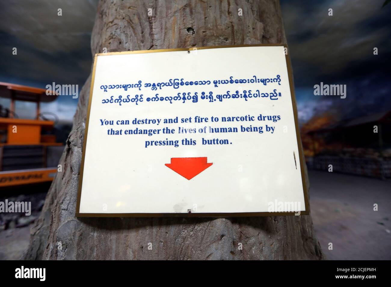 Un signo de una exposición interactiva se ve en el Museo de Eliminación de Drogas en Yangon, Myanmar 6 de noviembre de 2018. REUTERS/Ann Wang Foto de stock
