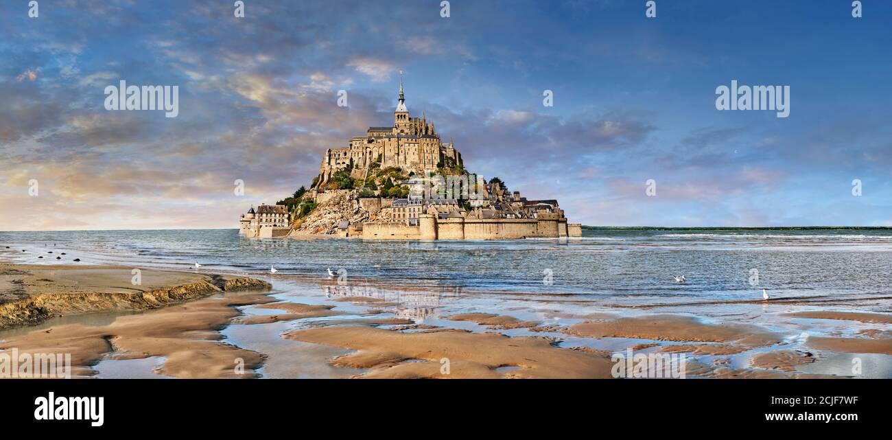 Vista panorámica de la isla de marea del Monte Saint Michel en la marea alta rodeada y su abadía medieval de Saint Michel. Normandía Francia. Las mareas varían Foto de stock