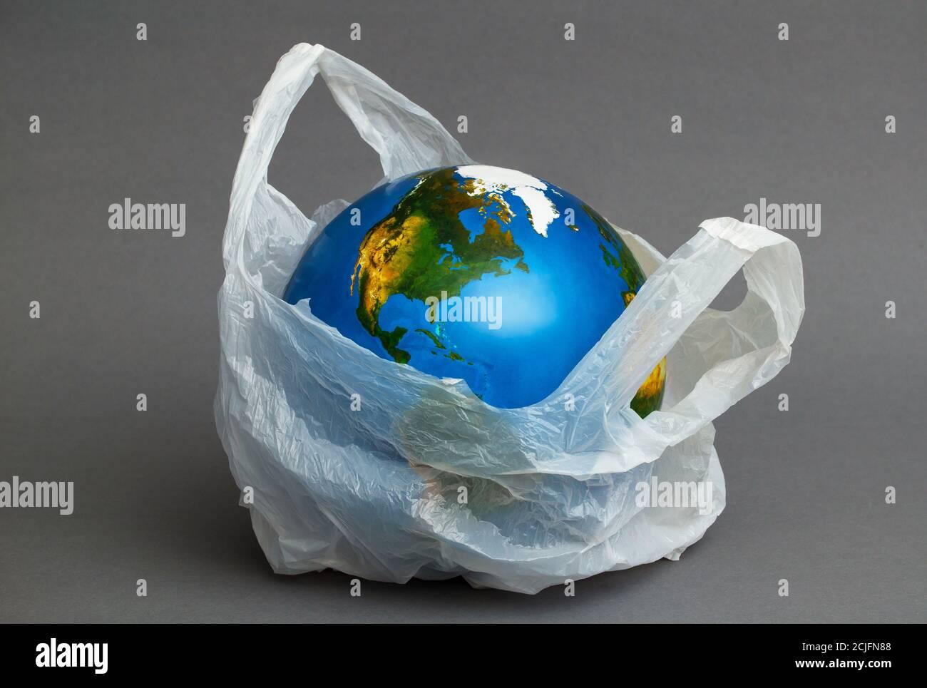 Contaminación ambiental mundial por plástico. Concepto de reciclaje Foto de stock
