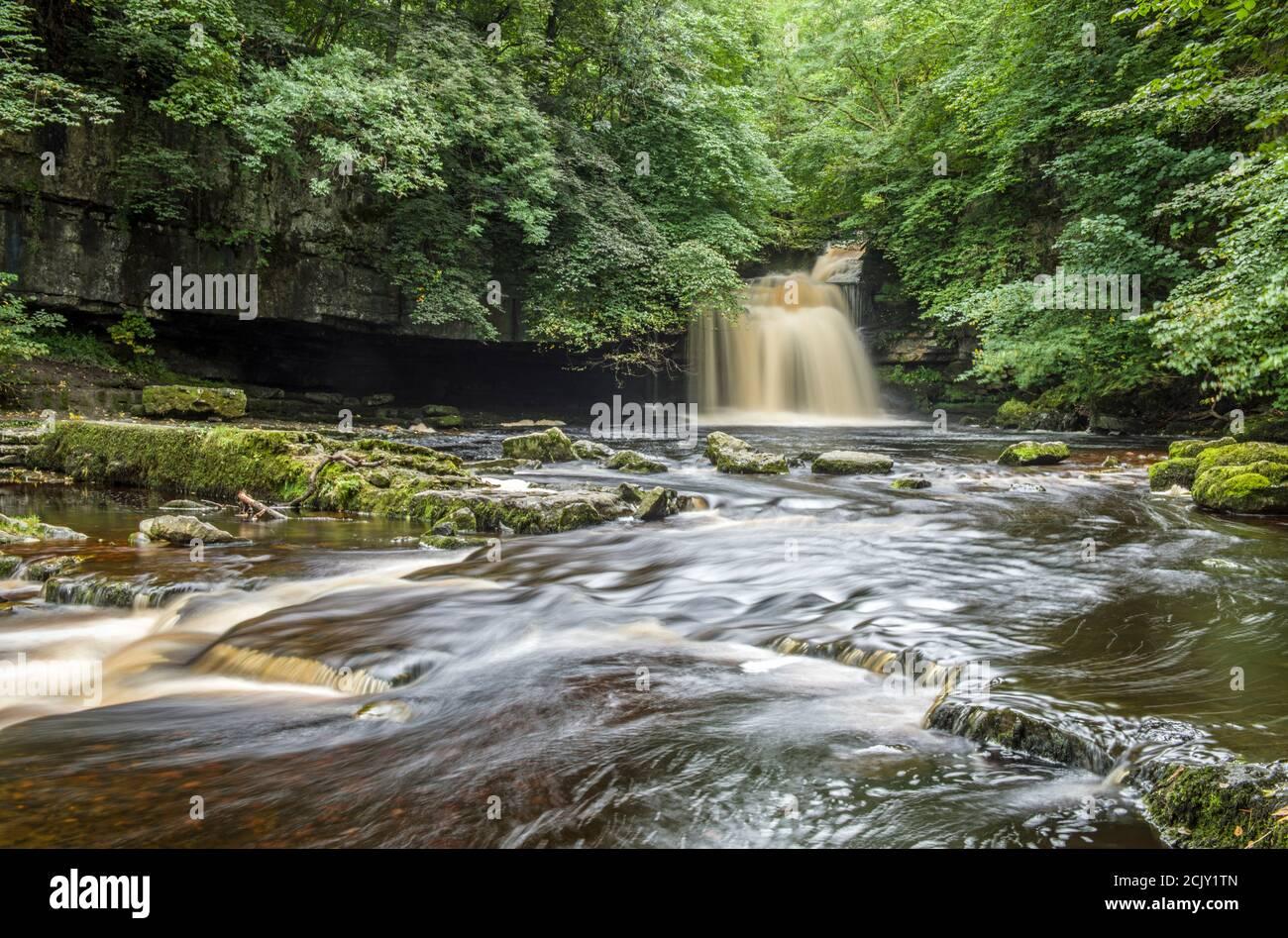 La cascada en West Burton en Bishopdale, cerca de su ubicación a Wensleydale. Las cataratas también se conocen como Cascadas de Cauldron y Cascada de West Burton. Foto de stock