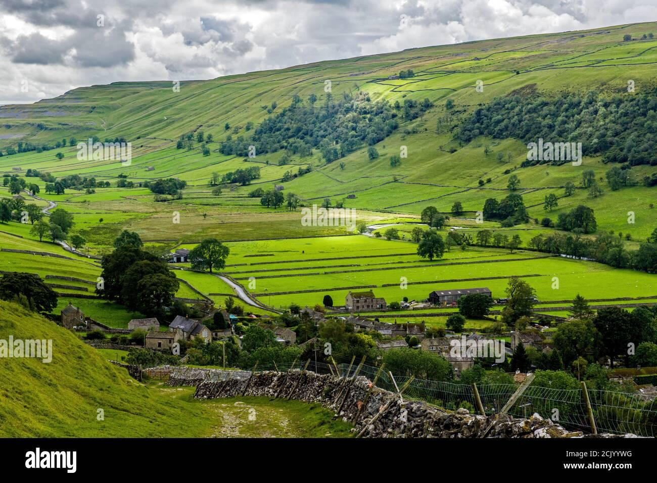Mirando hacia abajo en Starbotton en el valle Alto Wharfedale en el Parque Nacional Yorkshire Dales, North West Yorkshire en un día de septiembre. Foto de stock