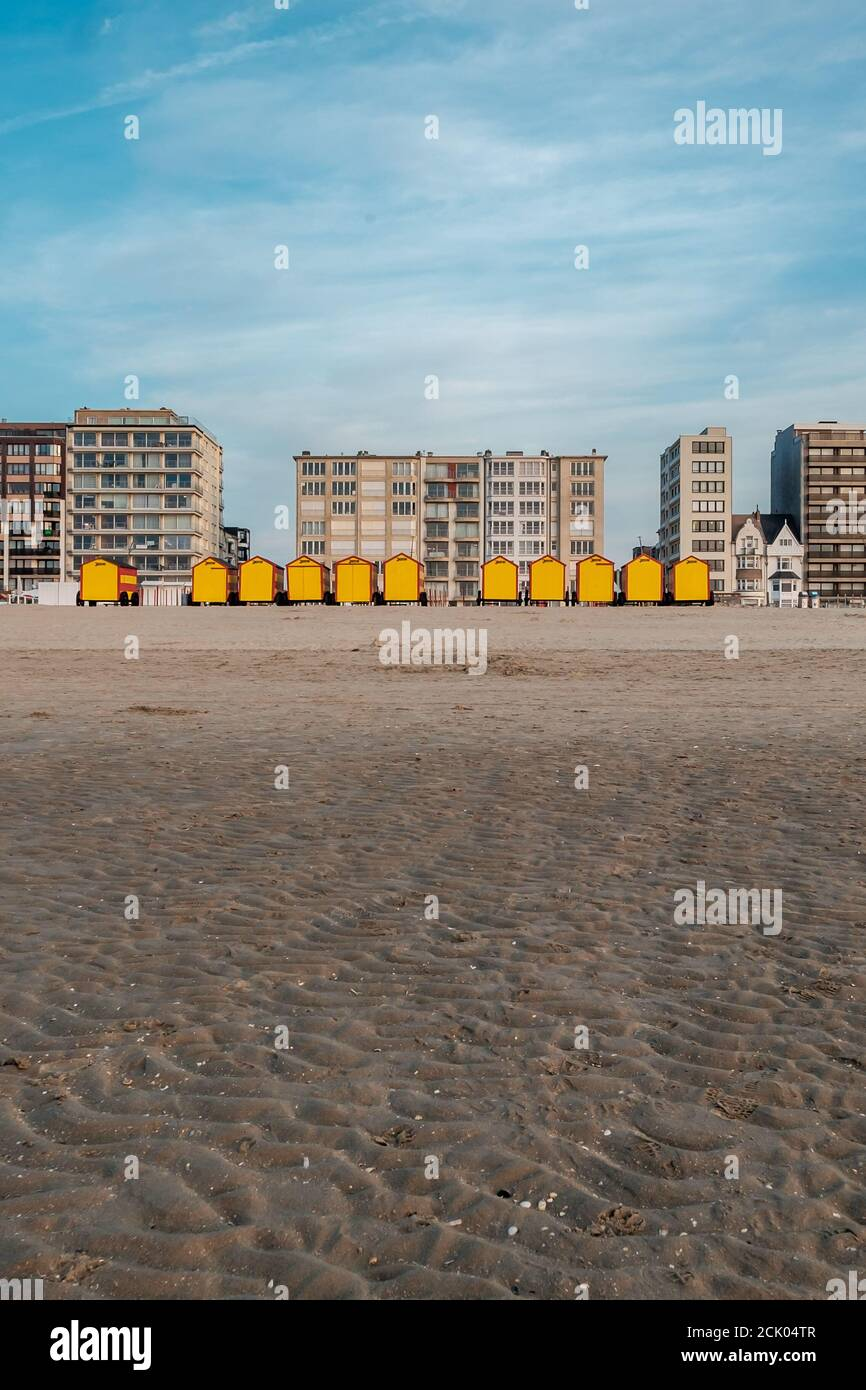 Vintage cabañas de playa en la costa belga al atardecer Foto de stock