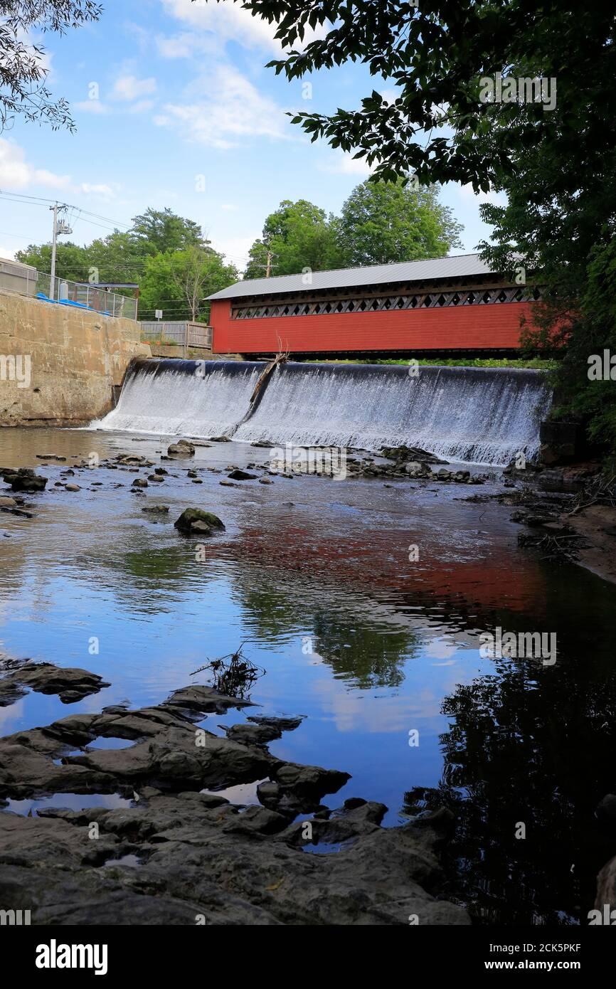 Paper Mill Village cubrió el puente sobre la cascada con el río Walloomsac en primer plano. Bennington.Vermont.USA Foto de stock