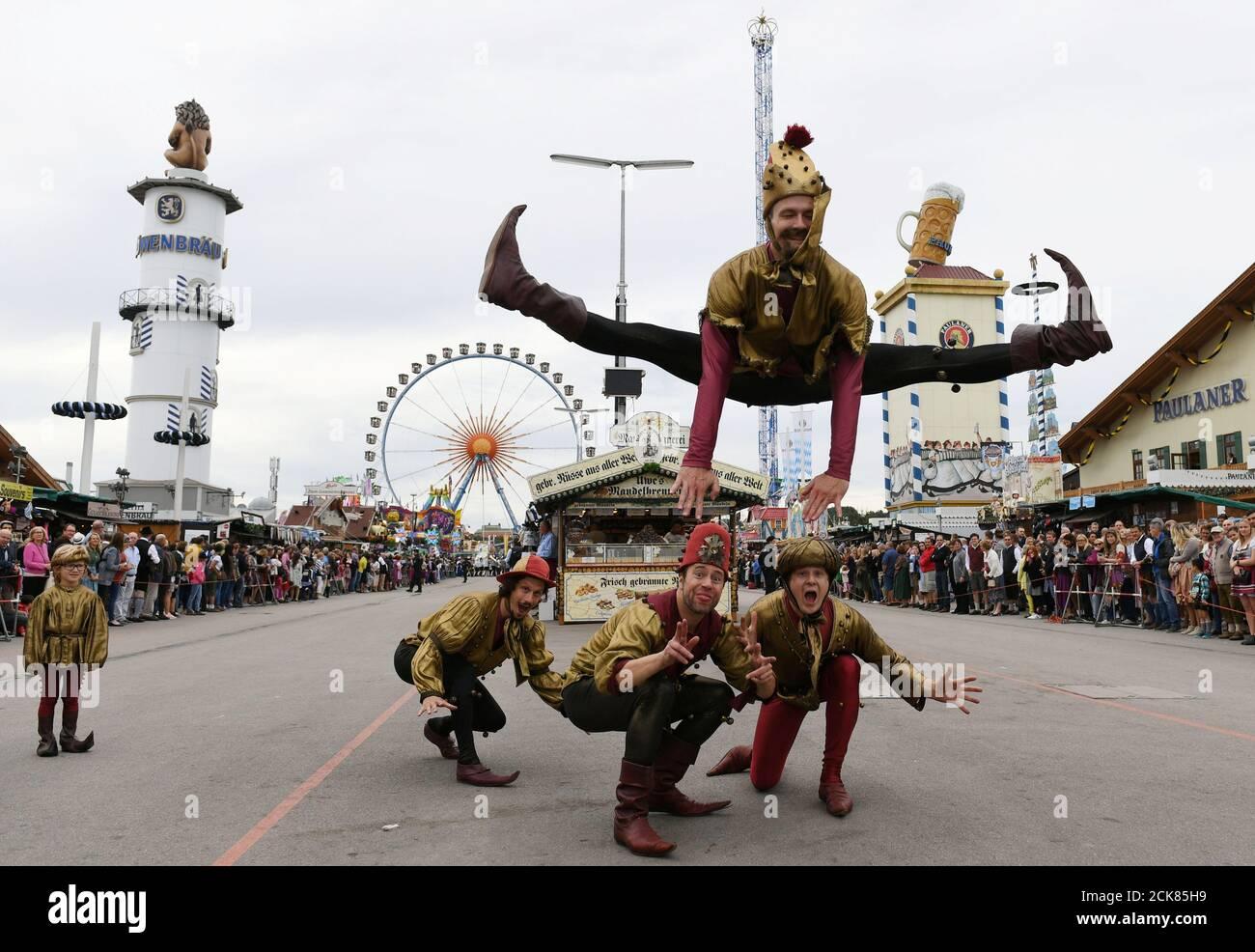Los actores actúan durante el desfile de Oktoberfest en Munich, Alemania, 22 de septiembre de 2019. REUTERS/Andreas Gebert Foto de stock