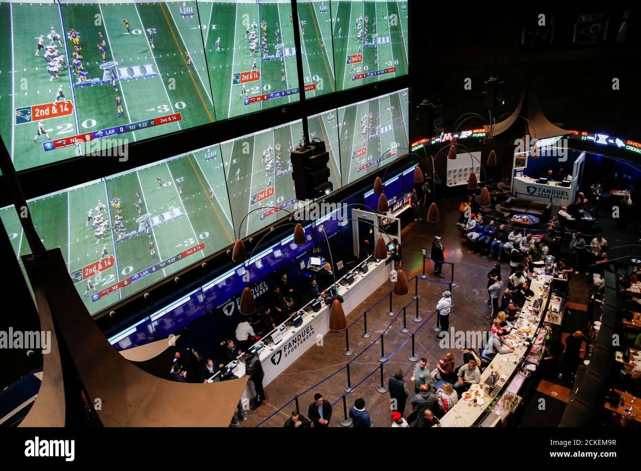 La gente hace sus apuestas en el FONDUEL sportsbook durante el Super Bowl LIII en East Rutherford, New Jersey, EE.UU., 3 de febrero de 2019. REUTERS/Eduardo Muñoz Foto de stock
