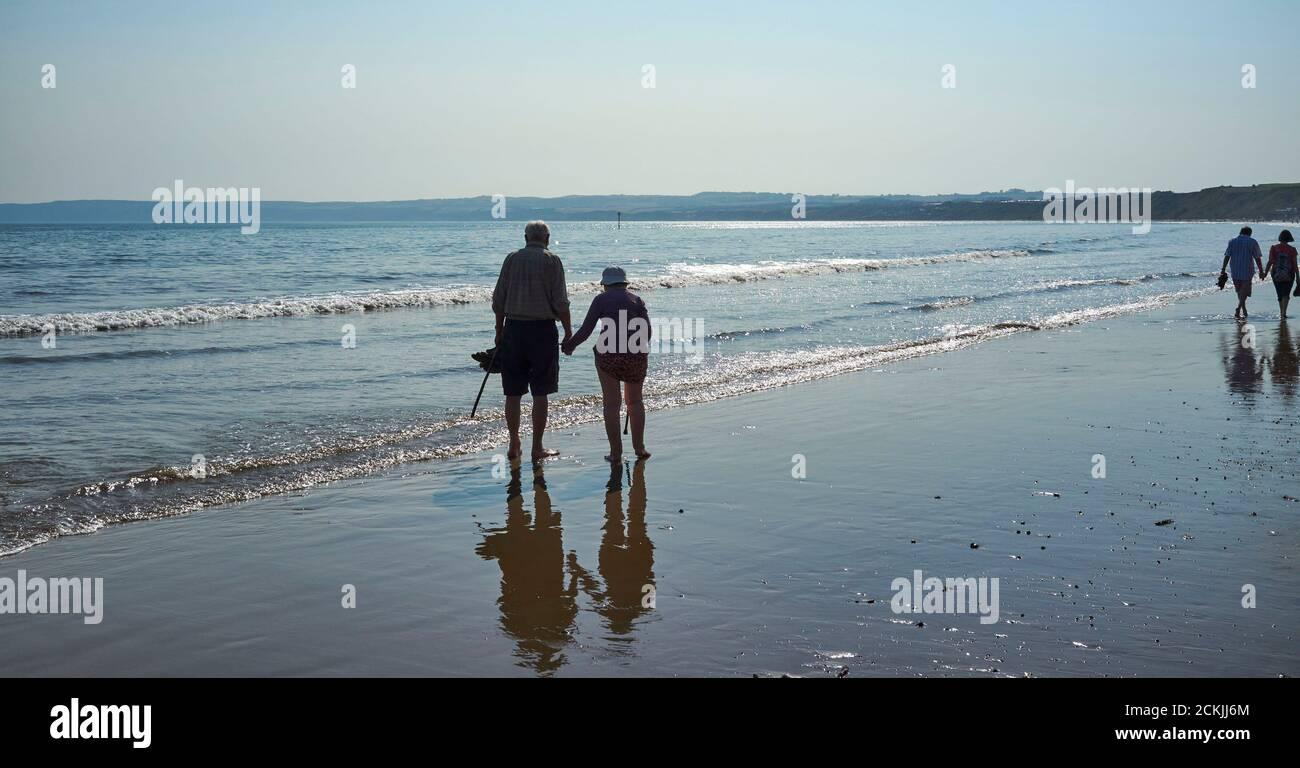 Una pareja de edad remando en el mar en la playa de Filey Cobble Landing, North Yorkshire costa este, norte de Inglaterra, Reino Unido Foto de stock