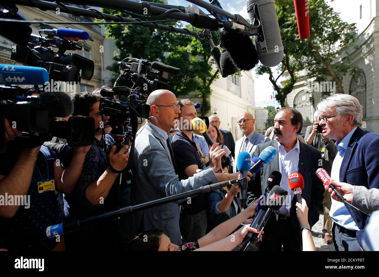French Force Ouvriere (FO) labour union General Secretary Jean-Claude Mailly (R) and French CGT trade union head Philippe Martinez (2ndR) speak with journalists as they leave after a meeting with the Interior minister in Paris, France, June 22, 2016 after French police banned a planned demonstration this week against labour reforms, bringing to a head a stand-off between the government and trade unions which have been spearheading protests against the changes for months.  REUTERS/Stephane Mahe Foto de stock