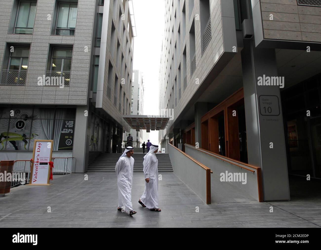 People walk in the art village at Dubai International Financial Center (DIFC) in Dubai, February 2, 2012. REUTERS/Jumana El Heloueh (UNITED ARAB EMIRATES - Tags: BUSINESS) Foto de stock