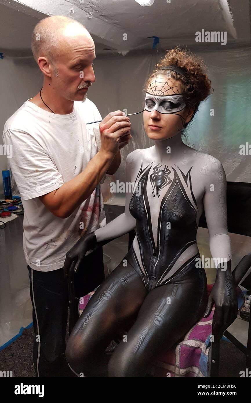 GEEK ART - Bodypainting and Transformaking: Enrico Lein y Lena Kiel preparándose para el fotoshooting Spider-Man y Spider-Gwen en Hamelin el 15 de septiembre de 2020 - un proyecto del fotógrafo Tschiponnique Skupin y el pintor de carrocerías Enrico Lein Foto de stock