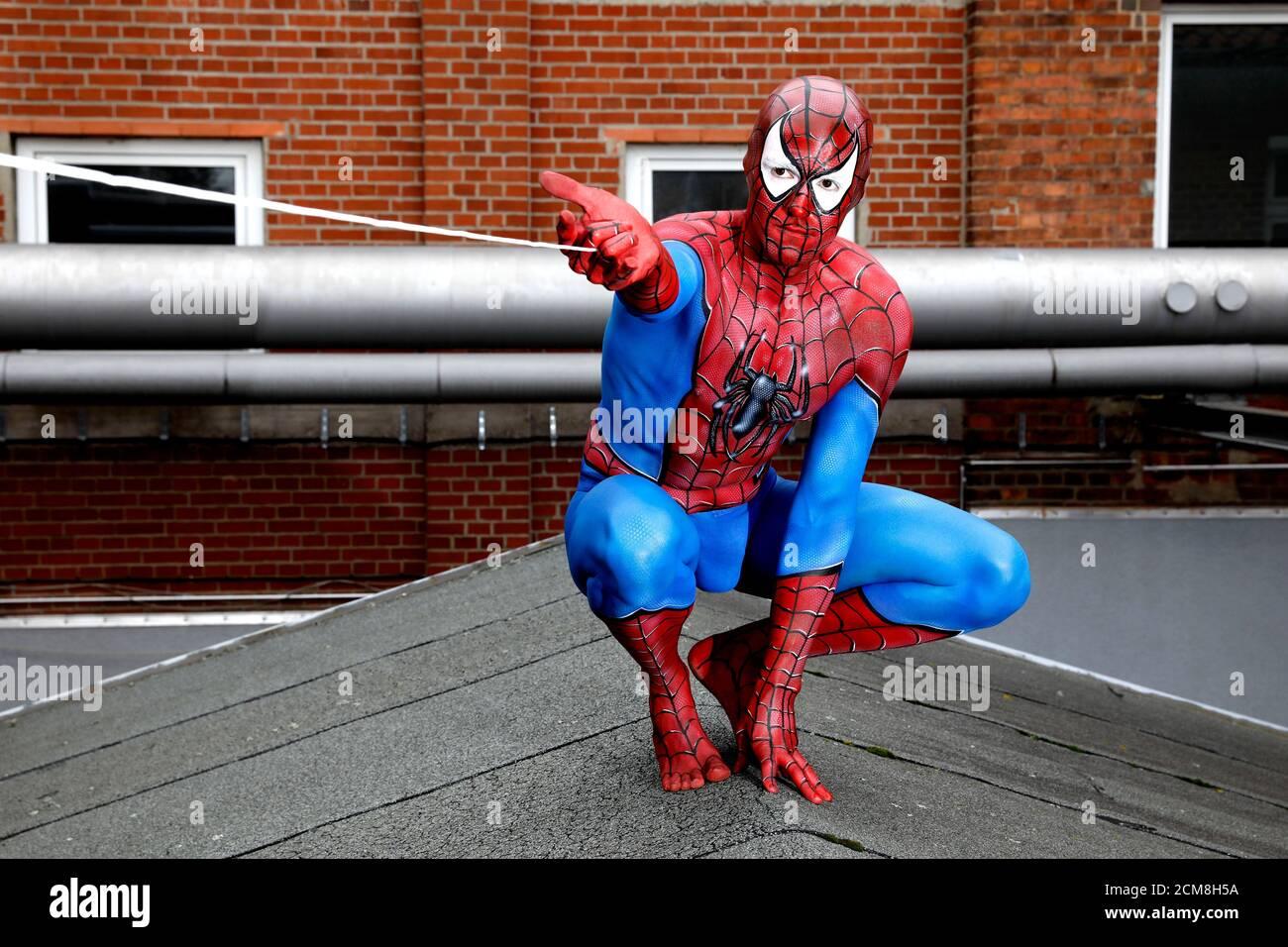 GEEK ART - Bodypainting and Transformaking: Spider-Man y Spider-Gwen fotocomunicación con Patrick Kiel y Lena Kiel en el Hefehof de Hamelin el 15 de septiembre de 2020 - un proyecto del fotógrafo Tschiponnique Skupin y el pintor de carrocerías Enrico Lein Foto de stock