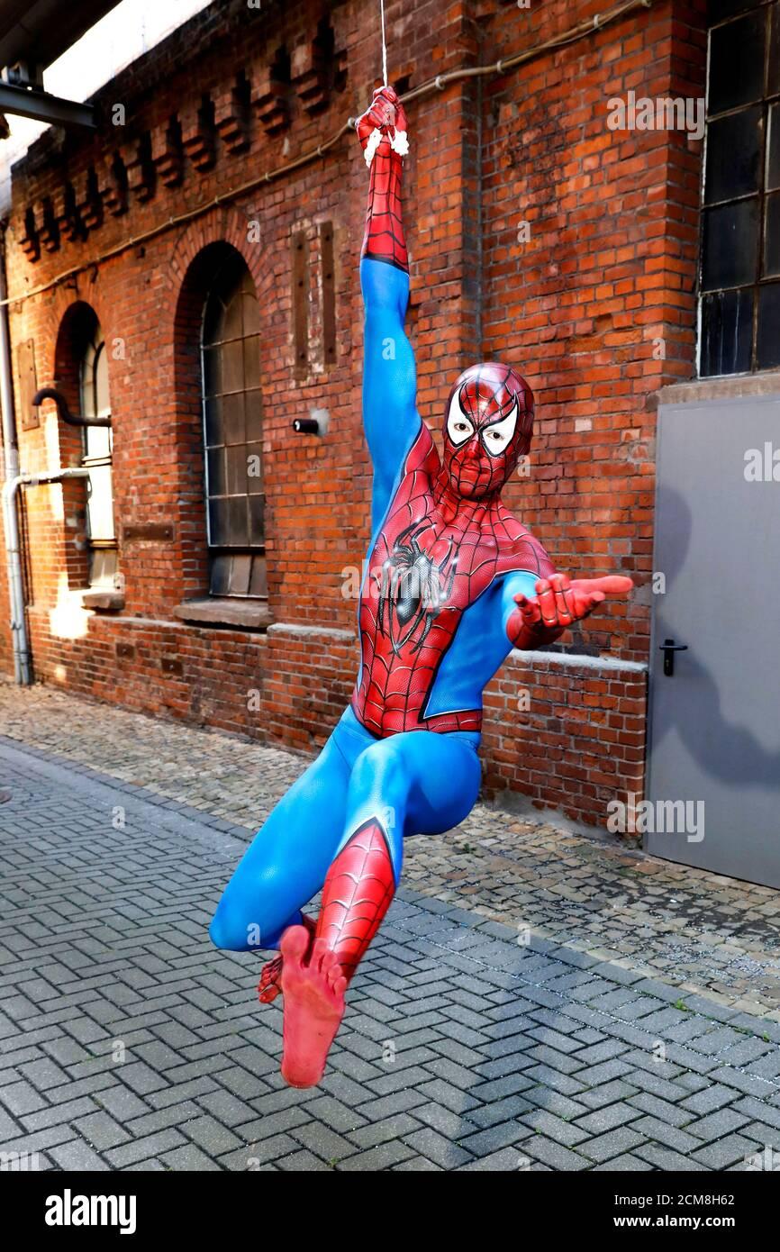 GEEK ART - Bodypainting and Transformaking: Fotografía de Spider-Man con Patrick Kiel en el Hefehof en Hamelin el 15 de septiembre de 2020 - un proyecto del fotógrafo Tschiponnique Skupin y el pintor de cuerpo Enrico Lein Foto de stock