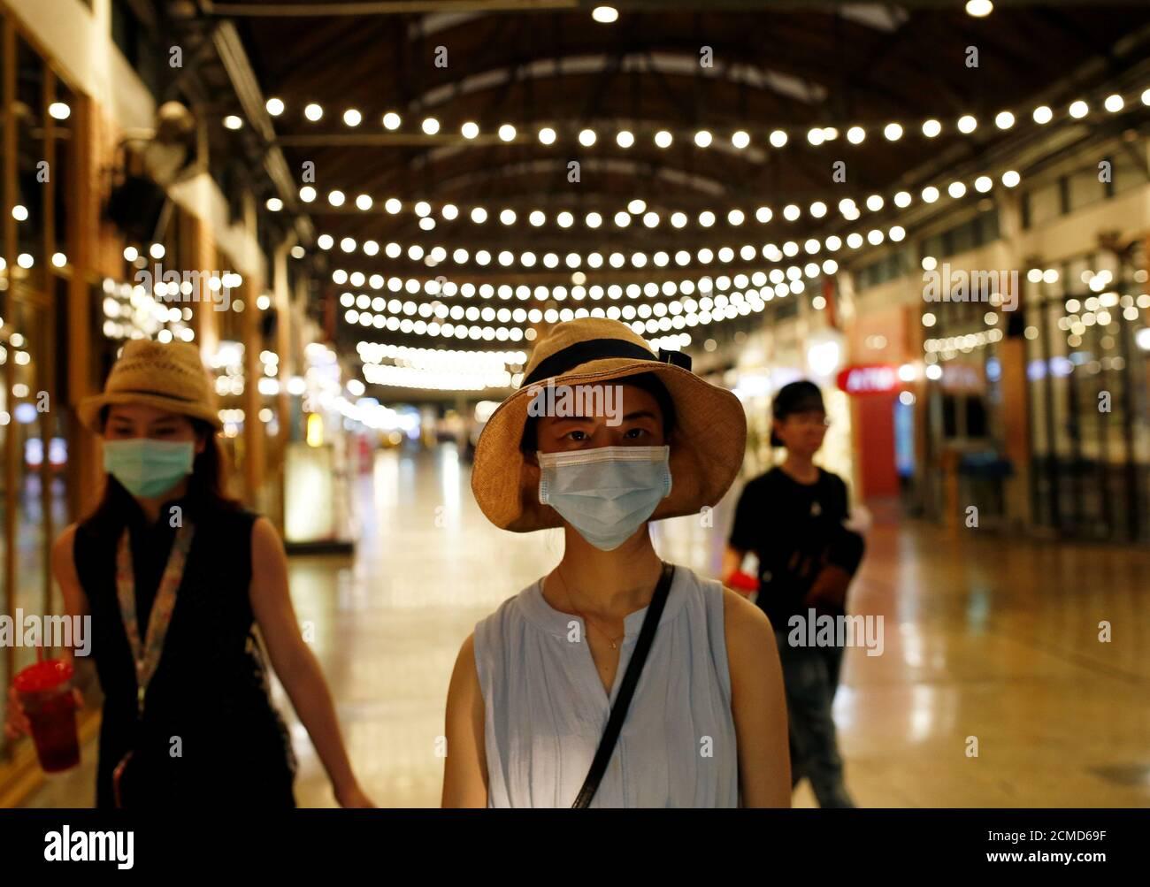 Los turistas son vistos en un mercado nocturno asiático casi vacío en Bangkok, Tailandia 2 de marzo de 2020. REUTERS/Soe Zeya Tun Foto de stock