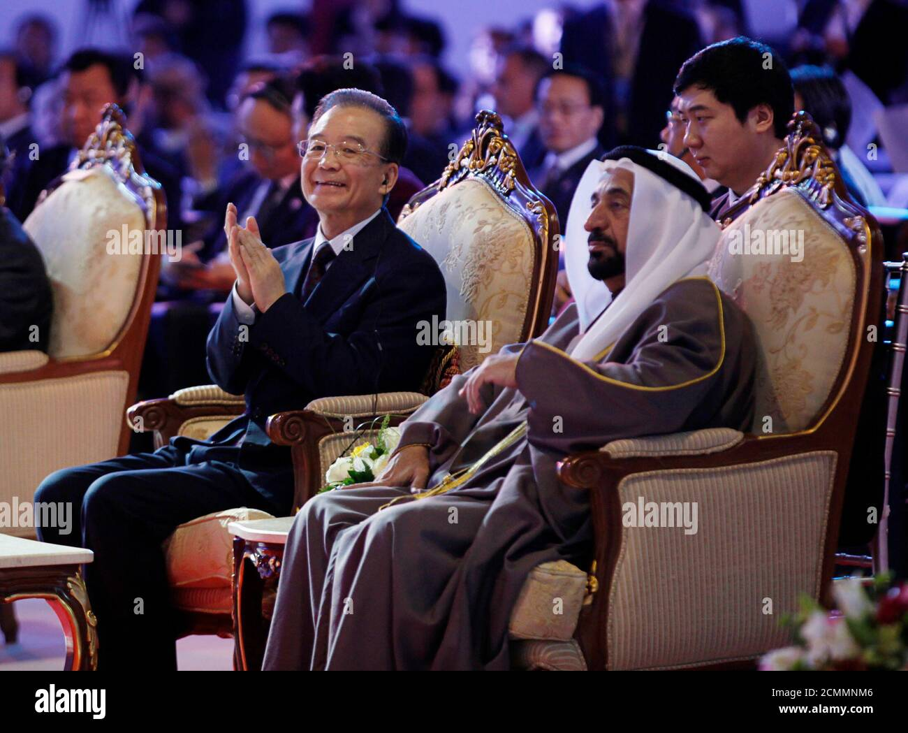 El primer Ministro de China, Wen Jiabao, se sienta con el gobernante de Sharjah Sheikh Sultan Bin Mohammed al Qasimi durante la IV Conferencia Empresarial China-Árabe, que se celebrará en Sharjah el 18 de enero de 2012. China y los Emiratos Árabes Unidos firmaron el martes un acuerdo de canje de divisas por un valor de 35 millones de yuan (5.54 millones de dólares), dijo el Banco Popular de China, añadiendo que el acuerdo fue efectivo durante tres años e impulsaría el comercio y la inversión en ambas direcciones. El acuerdo firmado en Dubai fue anunciado mientras Wen viaja por el Medio Oriente, incluyendo los Emiratos, y es el último en una serie de arreglos para facilitar un mayor uso del yuan i de China Foto de stock