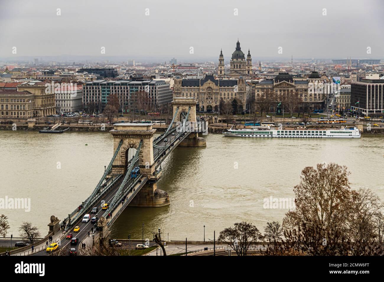 Vista sobre el Danubio en el Puente de las cadenas en Budapest, Hungría Foto de stock
