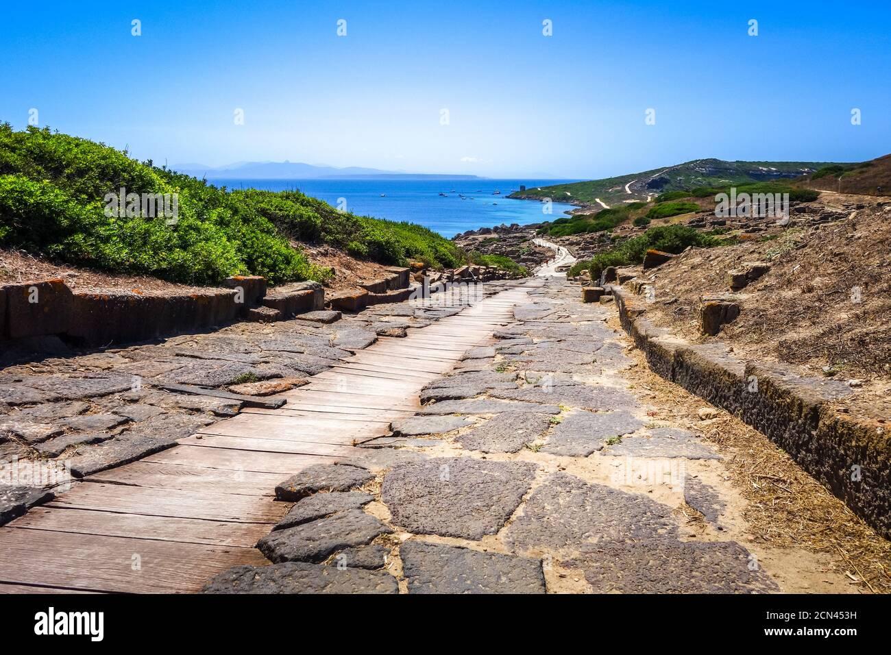 Tharros sitio arqueológico y paisaje marino, Cerdeña Foto de stock