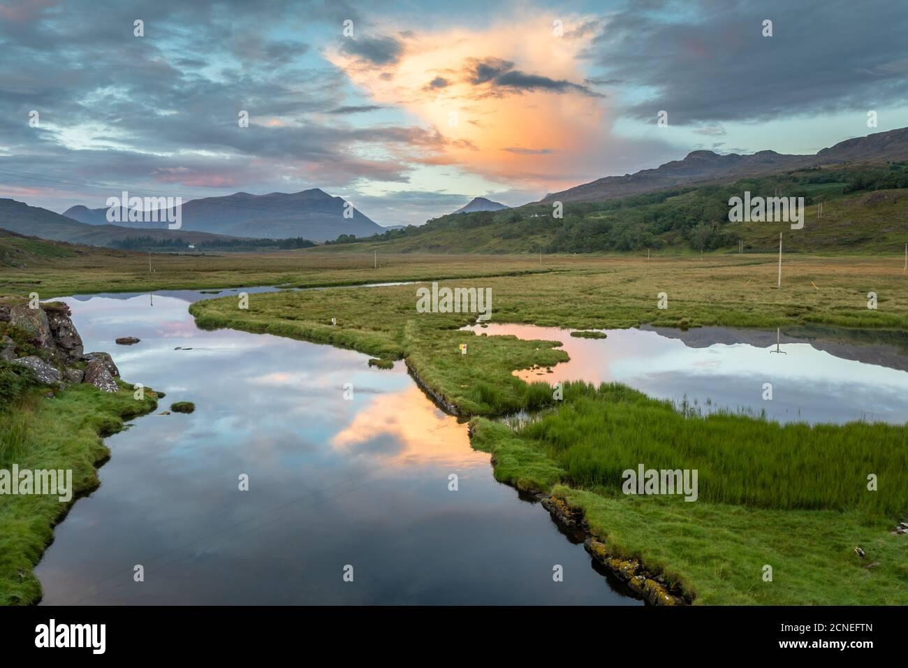 Puesta de sol sobre el lago Kishorn y el río Kishorn, Escocia Foto de stock
