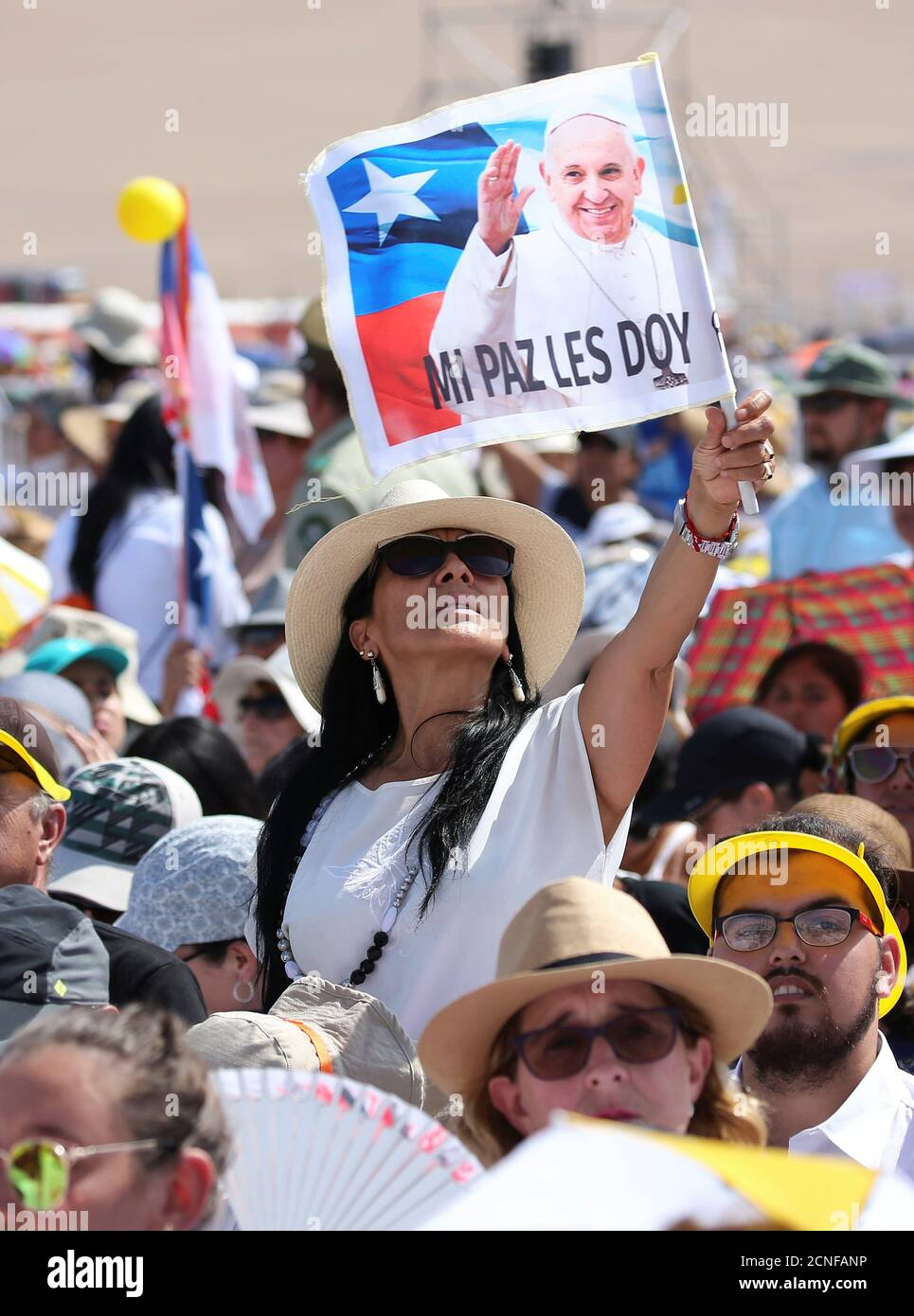 Una mujer vuela una bandera mientras el Papa Francisco llega para dirigir una misa en la playa de Lobito en Iquique, Chile, el 18 de enero de 2018. REUTERS/Alessandro Bianchi Foto de stock