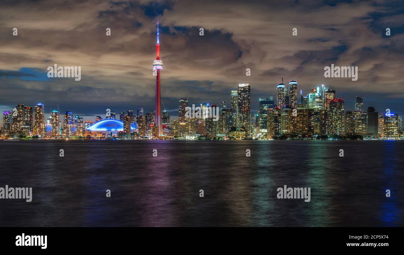 Vista nocturna del horizonte de Toronto y el Lago Ontario, Toronto, Ontario, Canadá. Foto de stock