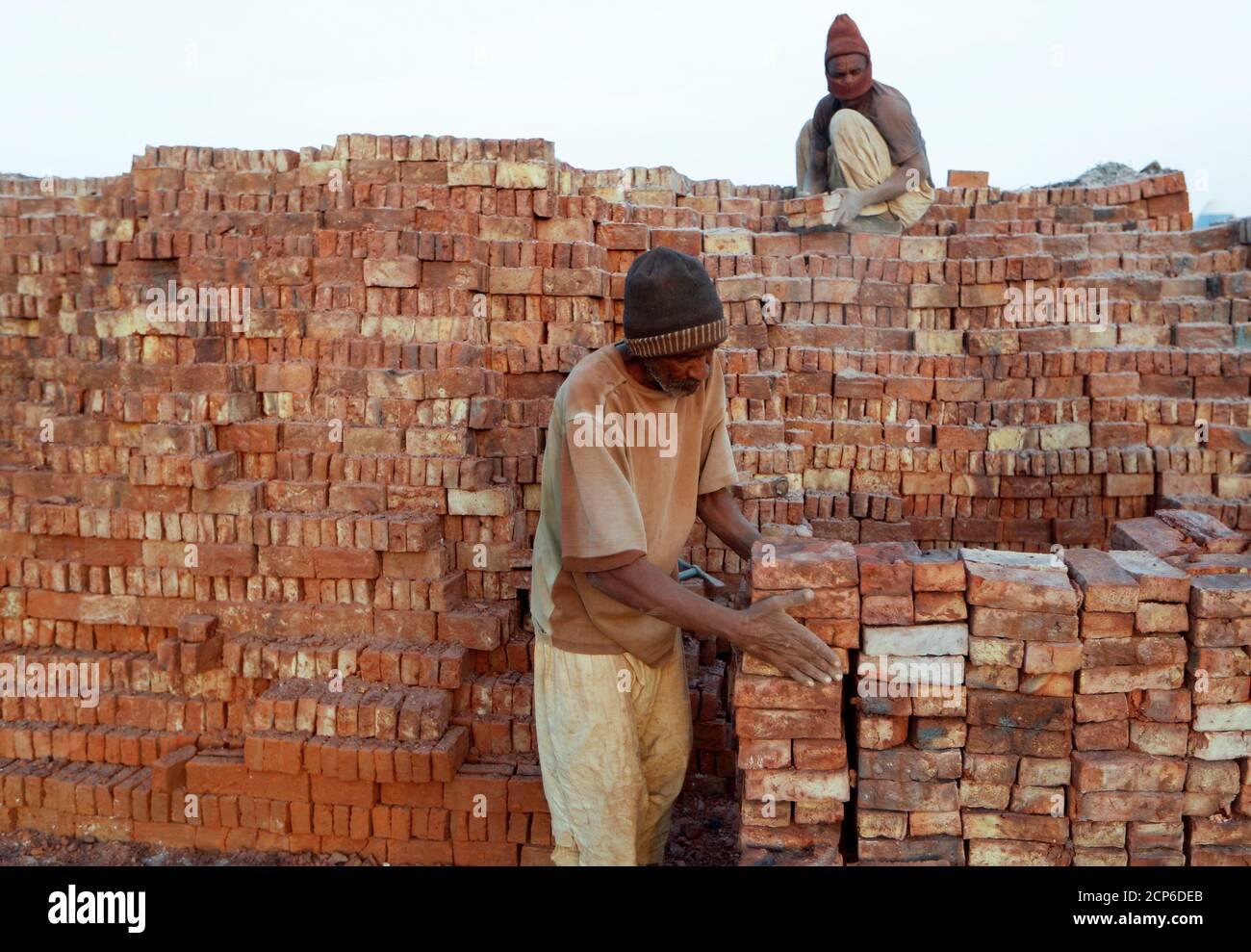 """Mustapha, de 60 años, una fábrica de ladrillos, acumula ladrillos después de retirarlos de un horno en una fábrica al aire libre en la isla Tuti, Jartum, Sudán, 20 de febrero de 2020. """"Me temo que no ganaremos ninguna ventaja de la presa que Etiopía está construyendo. No soy un experto pero creo que la cantidad de agua así como el barro disminuirá. Normalmente obtuvimos el barro cuando el Nilo se desborda"""", dijo Mustapha. REUTERS/Zohra Bensemra BUSCA 'BENSEMRA NILE' PARA ESTA HISTORIA. BUSQUE """"IMAGEN MÁS AMPLIA"""" PARA TODAS LAS HISTORIAS. Foto de stock"""