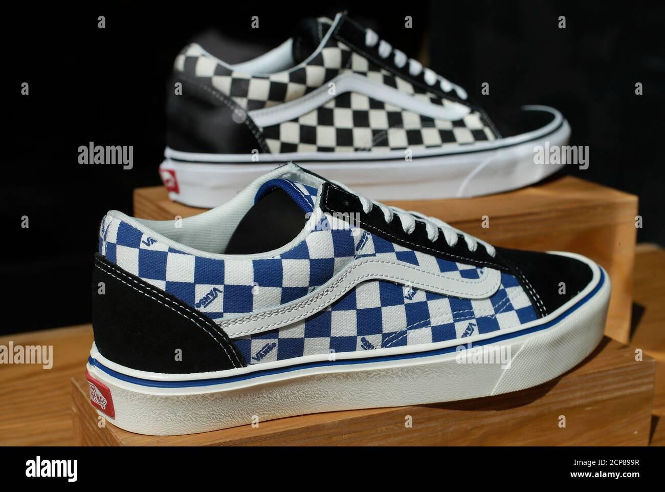 Los zapatos Vans se ven en una tienda Vans en Roma, Italia, 30 de ...
