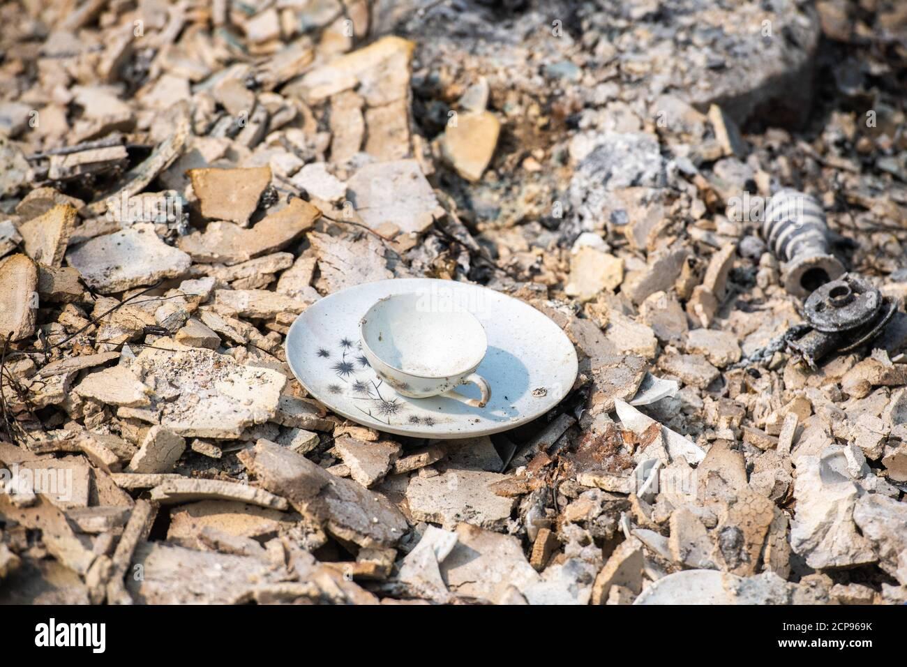 Talent, Oregon 18 Sep, 2020. Una visión general de las secuelas del Fuego de Almeda. La ciudad de Talent, Oregón, mostrando las casas quemadas, coches y escombros que se han dejado atrás. En Talent, a unas 20 millas al norte de la frontera de California, las casas estaban encantadas más allá del reconocimiento. En todo el oeste de Estados Unidos, al menos 87 incendios forestales están ardiendo, según el National Interagency Fire Center. Han incendiado más de 4.7 millones de acres, más de seis veces el área de Rhode Island. Crédito: Chris Tuite/Image Space/Media Punch/Alamy Live News Foto de stock