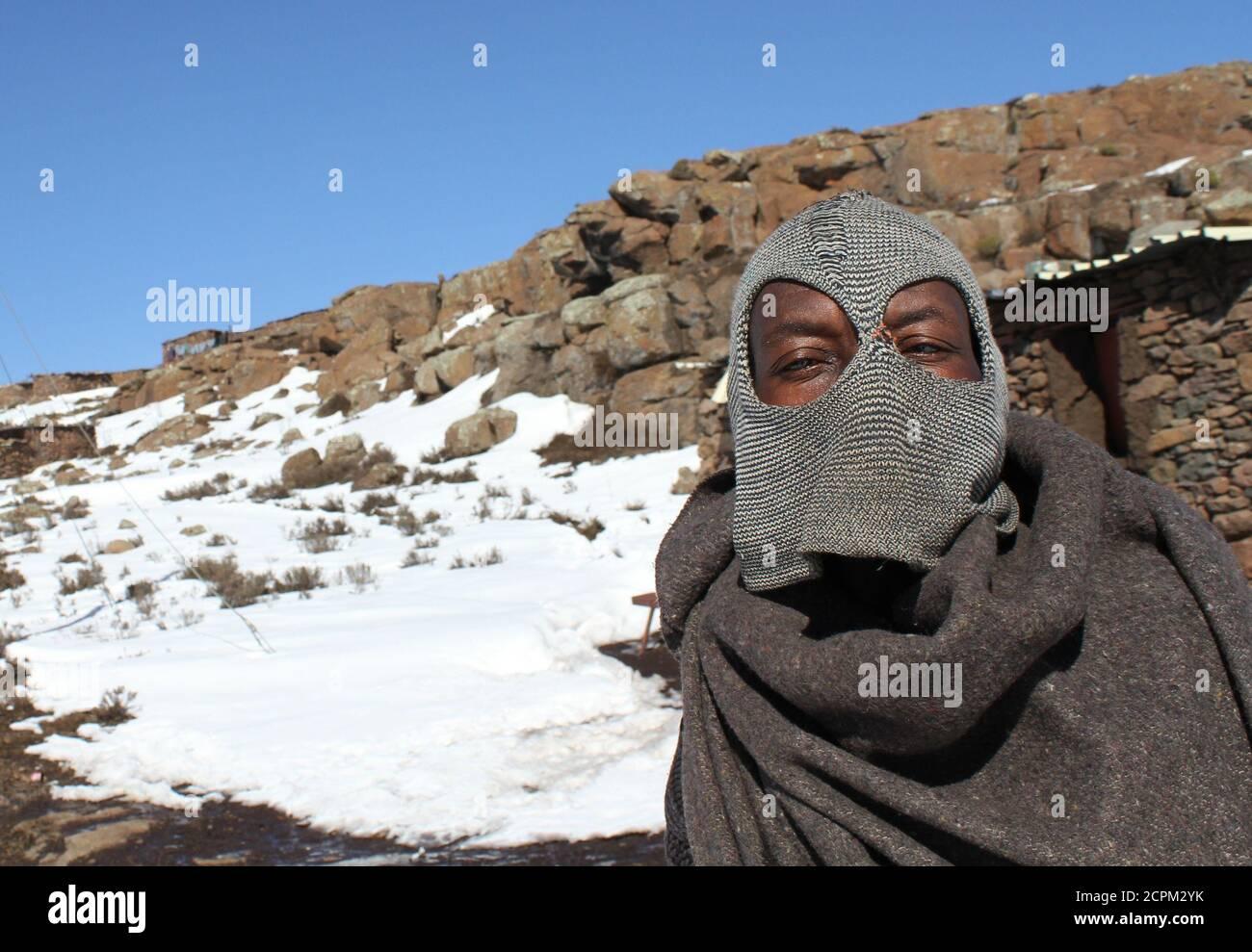 Un hombre posan en una balaclava cerca de la mina de diamantes de Letseng en el este de Lesotho, 31 de julio de 2011. Las temperaturas invernales en el reino de las montañas del sur de África a menudo caen por debajo de la congelación y recientemente cayeron fuertes nevadas allí y en partes de la vecina Sudáfrica. Foto tomada el 31 de julio de 2011. REUTERS/Matthew Tostevin (LESOTHO - Tags: SOCIEDAD DEL MEDIO AMBIENTE) Foto de stock