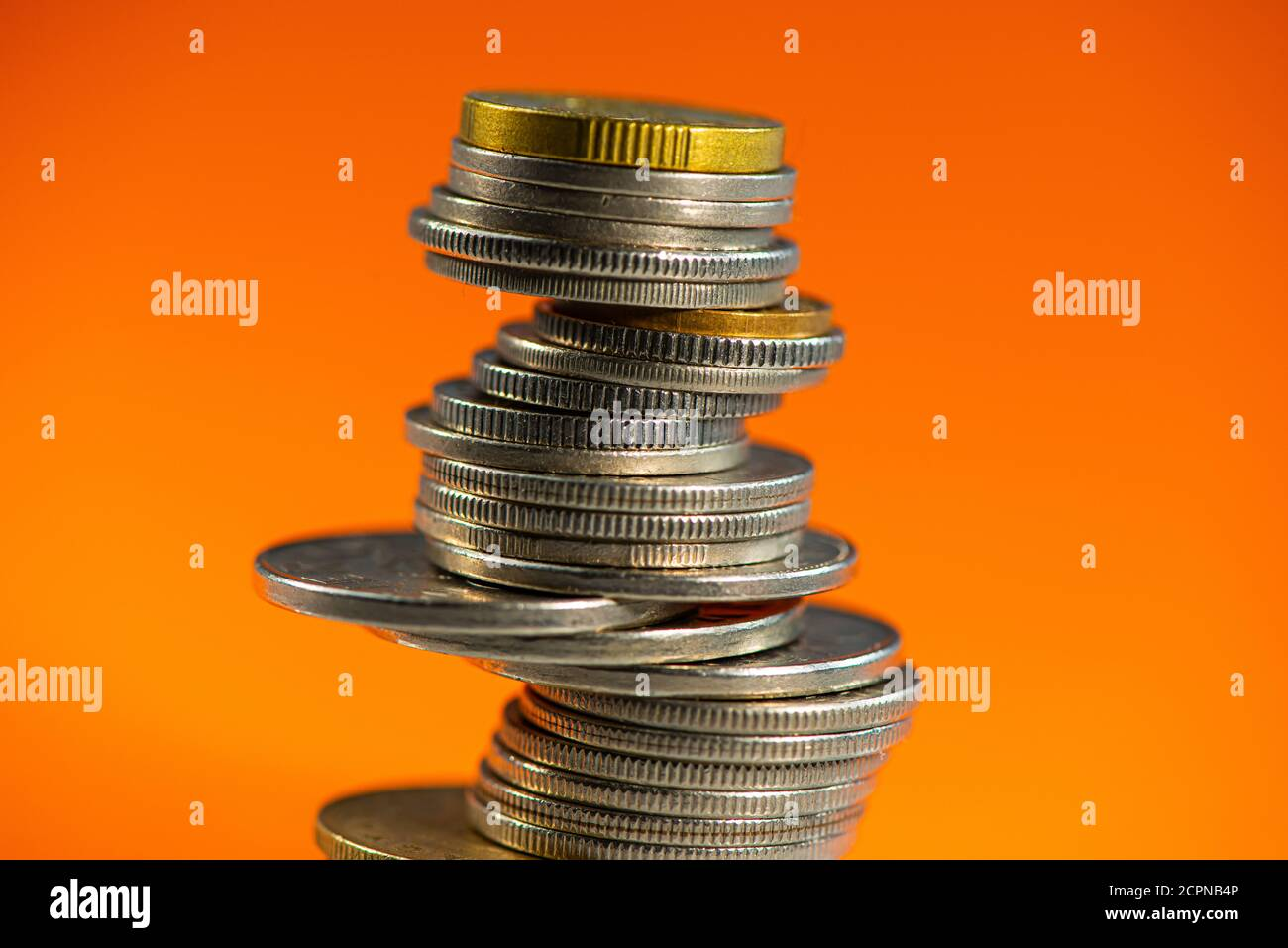 Pila de monedas suizas sobre fondo naranja. Concepto de negocio. Foto de stock