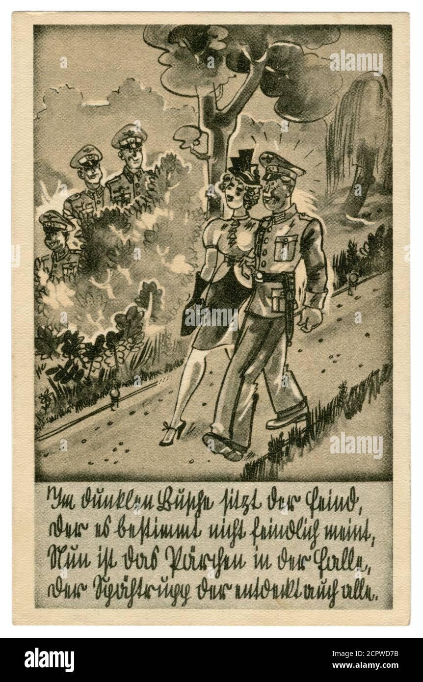 Postal histórica alemana: Soldado alemán con uniforme de vestido completo caminando en el Parque con una chica. Fecha y emboscada en los arbustos, serie satírica 1939 Foto de stock