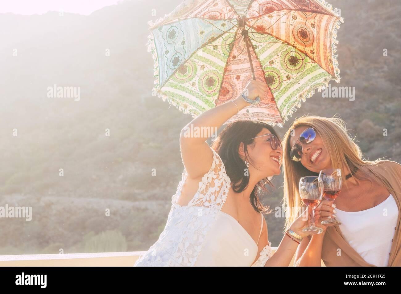 La gente alegre disfruta del verano y del ocio al aire libre divertido actividad juntos - la gente de moda con accesorios de colores se divierten y se ríen en amistad - Foto de stock